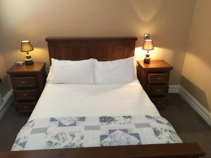 A bed or beds in a room at Hopper Inn Guest Accommodation
