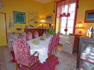 A restaurant or other place to eat at La Demeure aux Hortensias