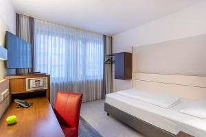 A television and/or entertainment center at Ferrotel Duisburg - Partner of SORAT Hotels
