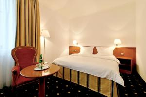 A bed or beds in a room at Hotel Coronet