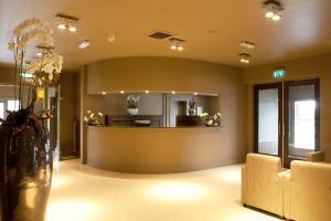 De lobby of receptie bij Fletcher Hotel-Restaurant Het Witte Huis