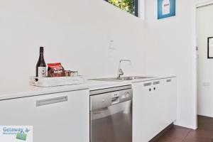 A kitchen or kitchenette at 'Coast Villa 46' Fishpen