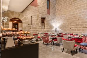 Un restaurante o sitio para comer en Eurostars Fuerte Ruavieja