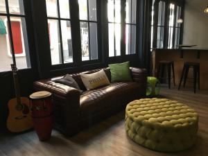 A seating area at Apple Hostels of Philadelphia