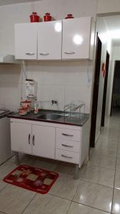 A kitchen or kitchenette at Apartamento no Guará