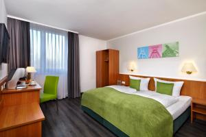 A bed or beds in a room at Tryp Bochum Wattenscheid