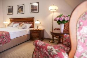 A bed or beds in a room at Hotel Paryski Art & Business