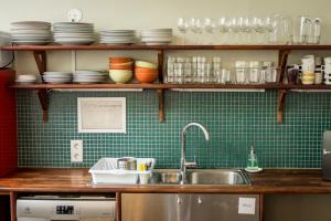 Una cocina o zona de cocina en Hafaldan HI Hostel - Old Hospital Building