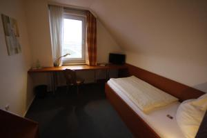 A bed or beds in a room at Hotel-Gaststätte Mutter Buermann