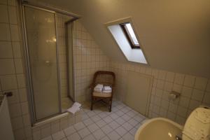 A bathroom at Hotel-Gaststätte Mutter Buermann