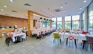 A restaurant or other place to eat at Hotel Laguna Park & Aqua Club - All Inclusive