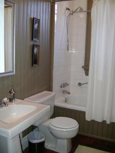 A bathroom at Avalon Bed and Breakfast