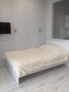 A bed or beds in a room at Apartment on Karla Marksa 36