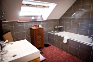 A bathroom at Domaine De Barive