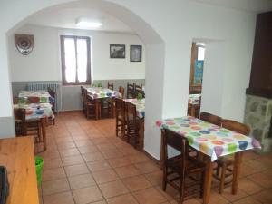 A restaurant or other place to eat at Albergue de Canfranc Estación