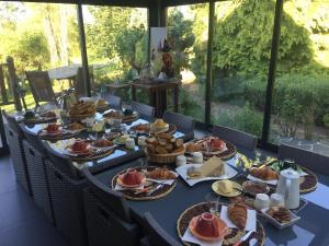 A restaurant or other place to eat at Chambres d'Hôtes Le Moulin du Pont