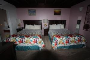 A bed or beds in a room at Edgewater Beach Inn & Suites