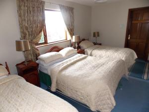 A bed or beds in a room at Ashford Manor Guesthouse