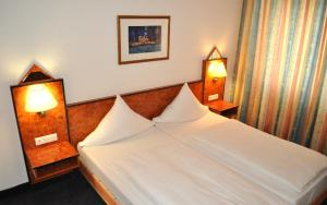 A bed or beds in a room at Hotel Minerva