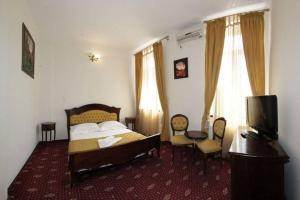 A bed or beds in a room at Hotel Maryo
