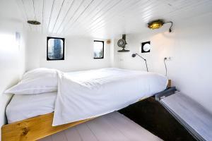 Een bed of bedden in een kamer bij Asile Flottant