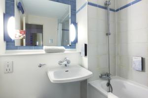 A bathroom at Premiere Classe Coventry
