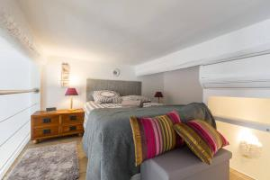 A bed or beds in a room at BARILLERIE - Loft Moderne, Face Mer, Vieux-Nice.