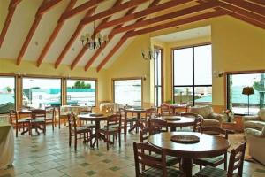 Un restaurante o sitio para comer en Hotel Carpa Manzano