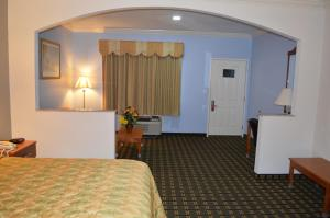 A television and/or entertainment centre at Memory Lane Inn & Suites Memphis