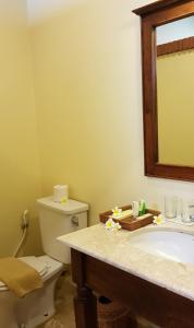 A bathroom at Hotel Puri Bambu