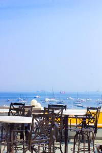 A restaurant or other place to eat at Hotel Harbour View Colaba