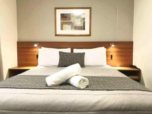 A bed or beds in a room at Ventura Inn & Suites Hamilton