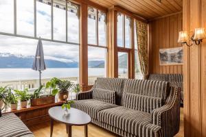 Ein Sitzbereich in der Unterkunft Kviknes Hotel