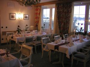 Ein Restaurant oder anderes Speiselokal in der Unterkunft Stössels Hotel & Restaurant