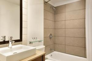 A bathroom at Country Inn & Suites by Radisson, Seattle-Tacoma International Airport, WA