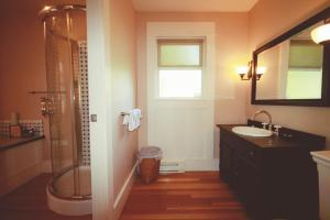 A bathroom at Spinnakers Gastro Brewpub & GuestHouses
