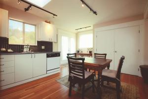 A kitchen or kitchenette at Spinnakers Gastro Brewpub & GuestHouses