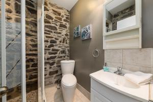 A bathroom at Le Coureur Des Bois