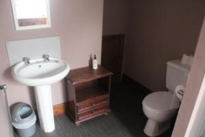 A bathroom at Forresters Hotel, Bar & French Restaurant