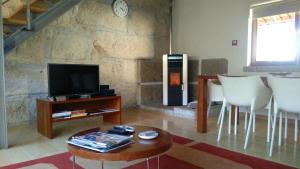 A television and/or entertainment center at Alojamento Rural de Colmeais