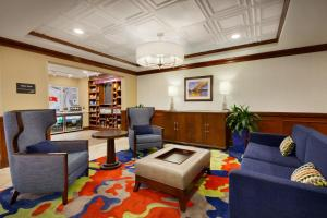 A seating area at Hampton Inn Columbia Downtown Historic District