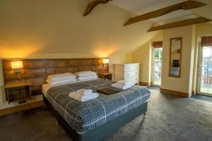 A bed or beds in a room at Oak Tree Inn