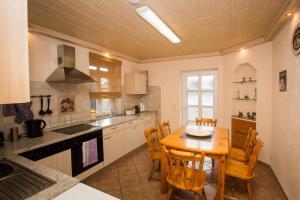 A kitchen or kitchenette at Ferienhaus-Pressler-Erfurt