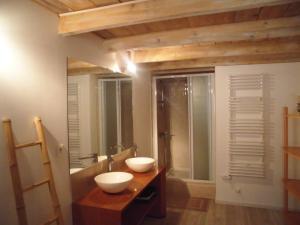 Salle de bains dans l'établissement L' Oliveraie De Plérimond