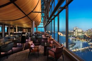 Sofitel Sydney Darling Harbour tesisinde bir restoran veya yemek mekanı