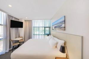 A bed or beds in a room at Travelodge Hotel Sydney Airport