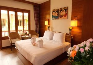 A bed or beds in a room at Vieng Mantra Hotel