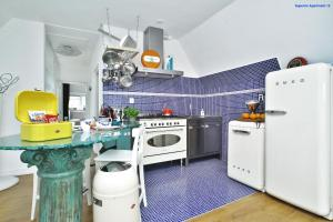 A kitchen or kitchenette at Luxury Apartment Delft VI Royal View