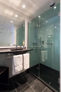 A bathroom at L'Amirauté Brest
