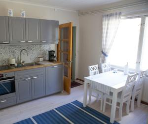 A kitchen or kitchenette at Villa Raatteenranta